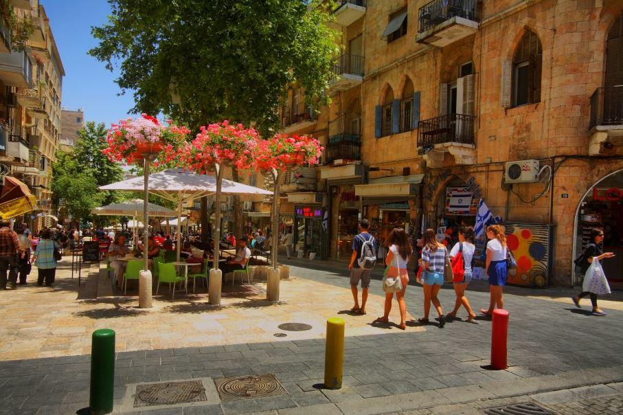 A rua de pedestres Ben Yehuda, onde se apresentam artistas de rua - Foto: Noam Chem, Ministério do Turismo