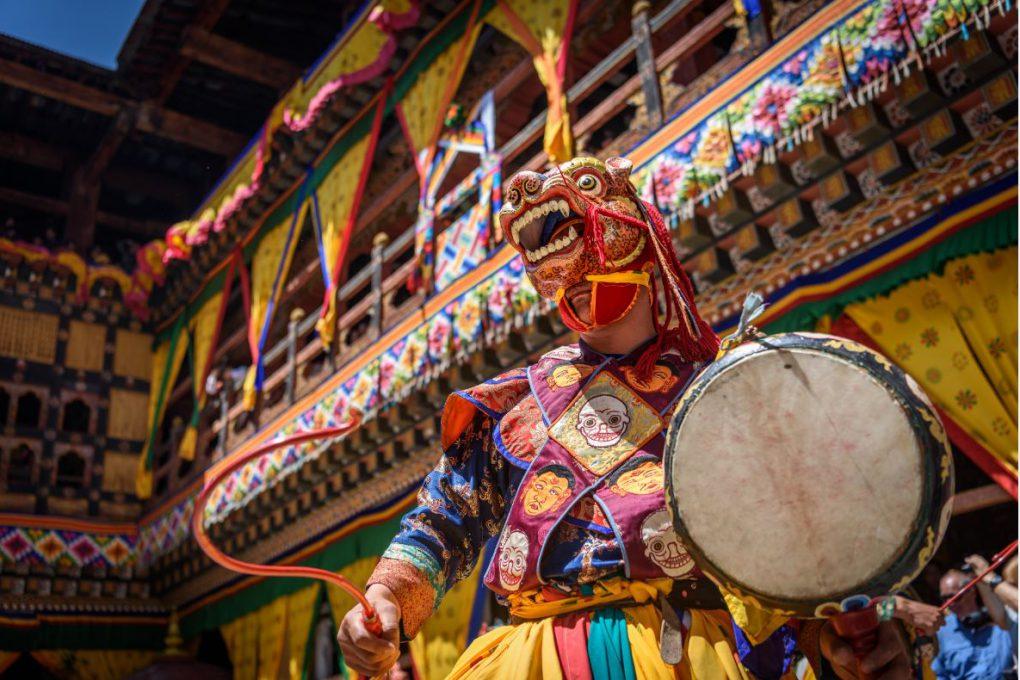 Dança em um monastério do Butão