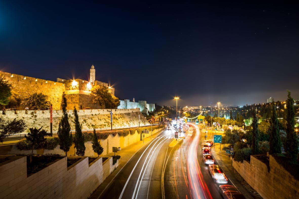 A iluminação torna Jerusalém muito bonita à noite
