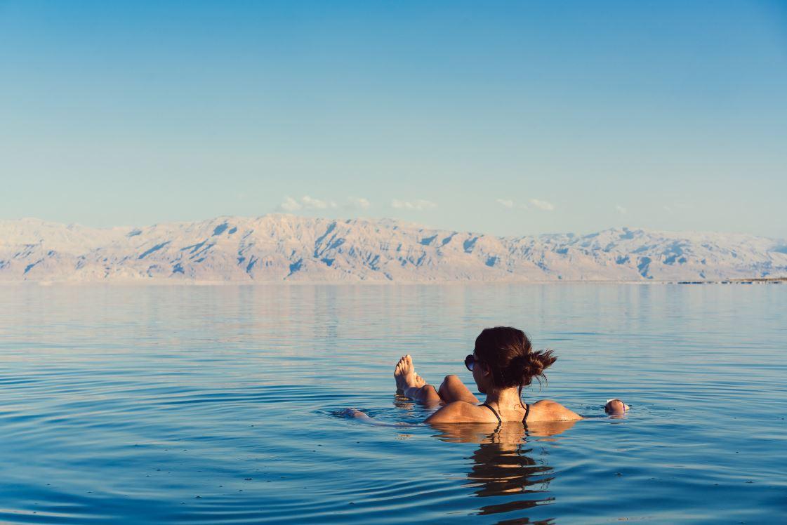 Banhar-se nas águas do Mar Morto é uma das experiências favoritas dos turistas