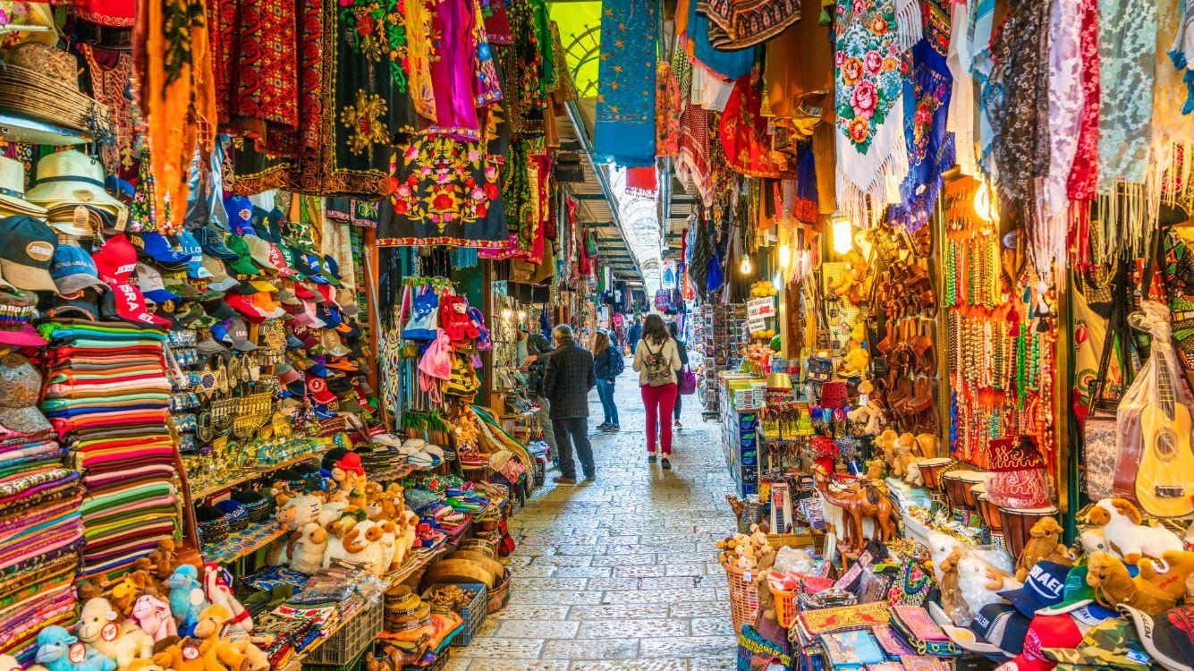 Opções de compras na Cidade Antiga: souvenirs, joias, artigos religiosos e alimentos - Foto: Balate Dorin/Shutterstock.com