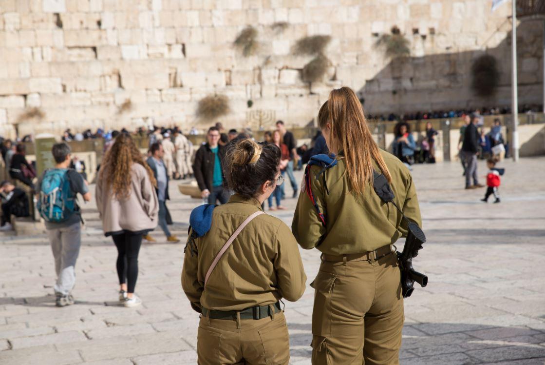 Soldados no Muro das Lamentações, um dos principais lugares sagrados do país - Foto: Daniel Jedzura/Shutterstock.com