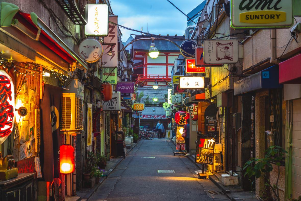 Em Golden Gai, um labirinto de bares minúsculos - Foto: Richie Chan/Shutterstock.com