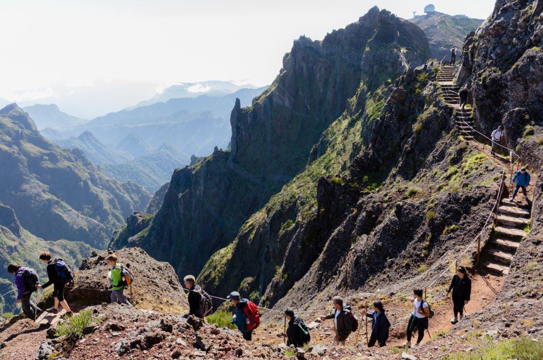 Uma trilha leva até o Pico do Areeiro - Foto: Cicero Castro/Shutterstock.com