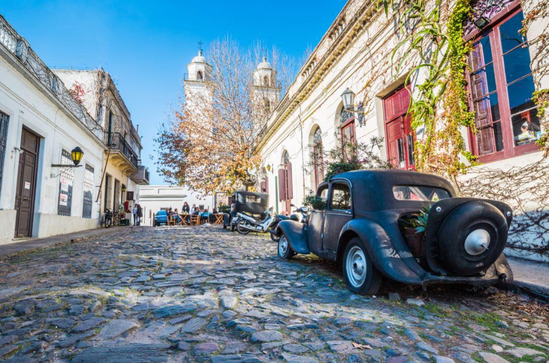 Ruas de paralelepípedos e edifícios coloniais dão charme a Colônia do Sacramento -Foto: RPBaiao / Shutterstock.com
