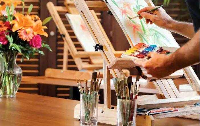 No Artist Loft, do Oceania Insignia, hóspedes têm aulas de pintura com talentosos artistas