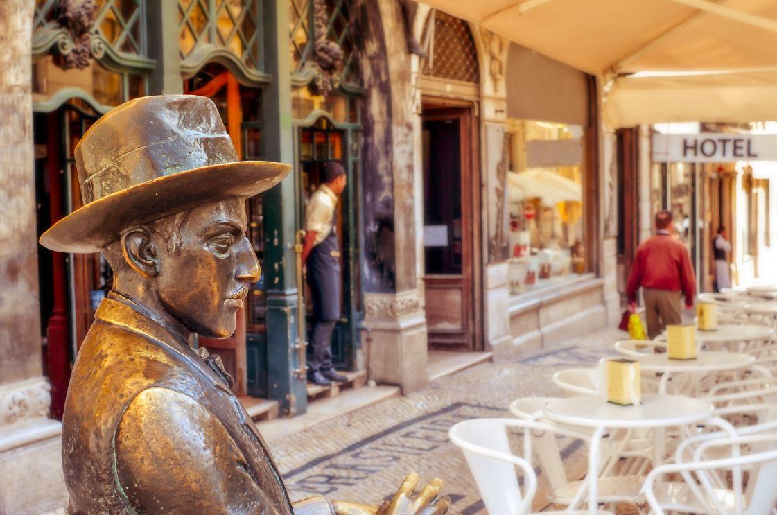 A estátua em bronze do poeta Fernando Pessoa - Foto: nito / Shutterstock.com