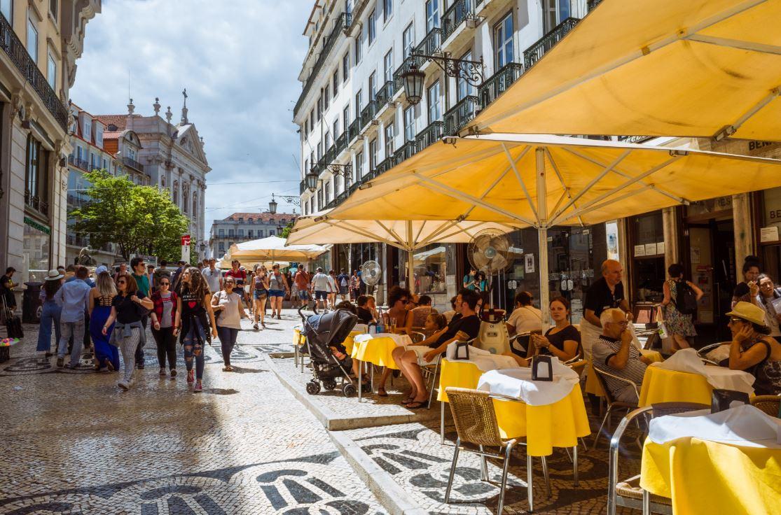 Cafés e restaurantes charmosos fazem a fama do Chiado - Foto: Luis Overlander / Shutterstock.com