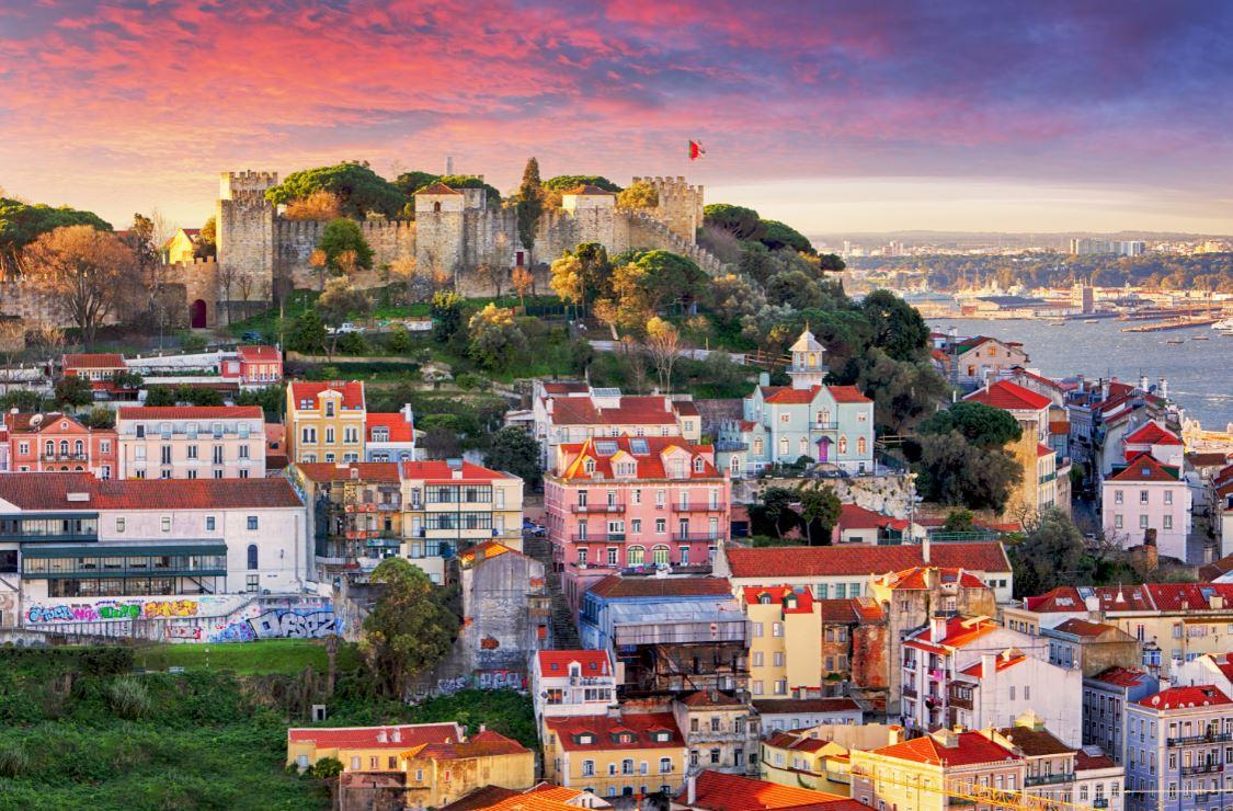 O Castelo de São Jorge, localizado no alto de uma colina
