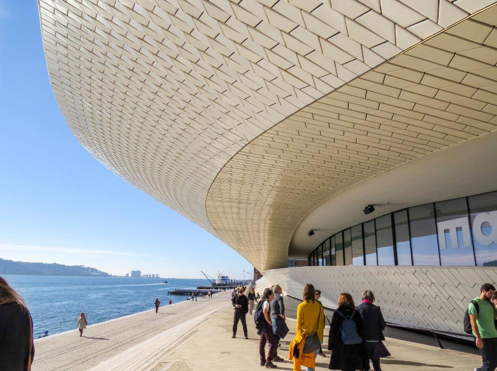 Parte da fachada do Museu de Arte, Arquitetura e Tecnologia - Foto: RICIfoto / Shutterstock.com