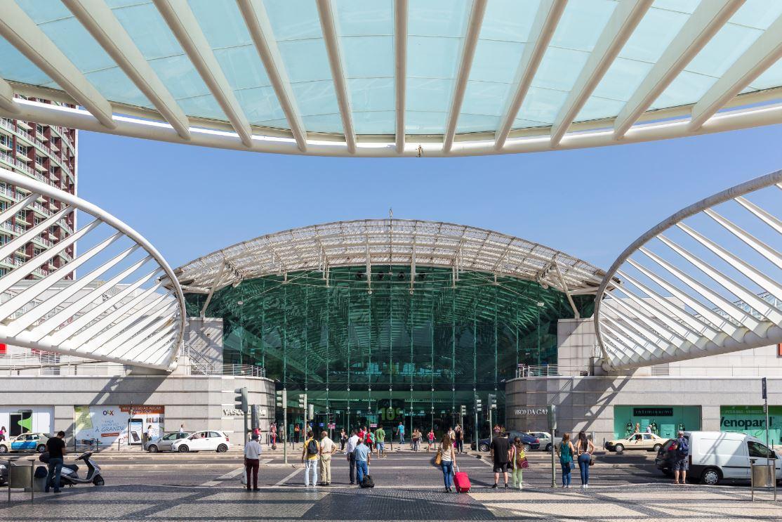 A Gare Oriente: estação de trem, ônibus e metrô, no Parque das Nações - Foto: Dante Busquets / Shutterstock.com
