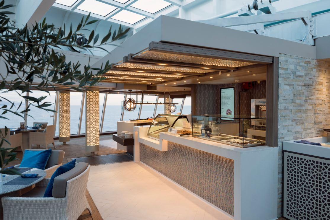 Lido Café: espaço de convivência do Crystal Serenity