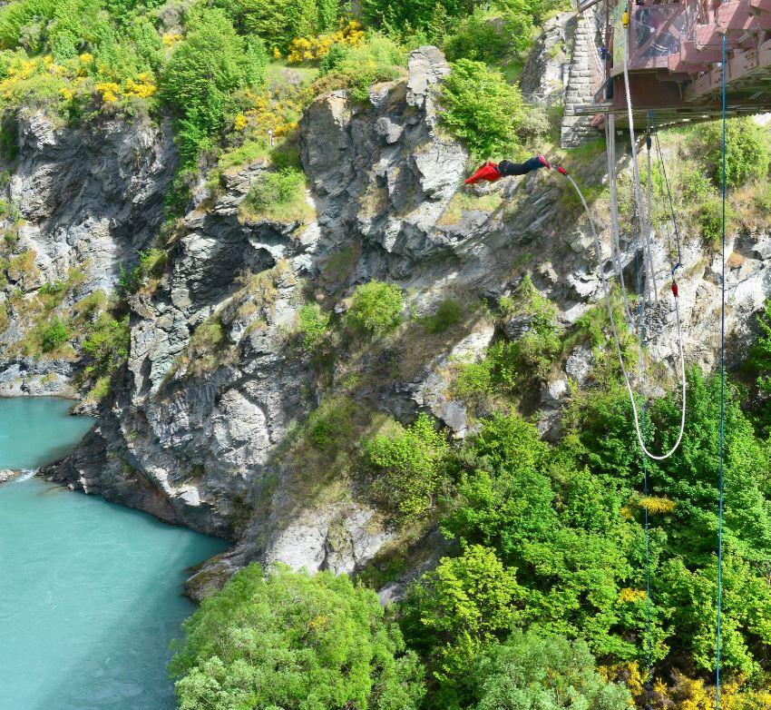 São várias as opções para a prática de bungee jump, que foi inventado na cidade