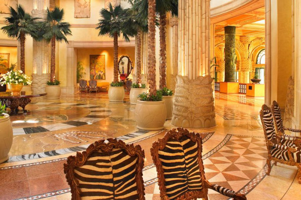 O piso de mosaico na entrada foi inteiramente feito à mão
